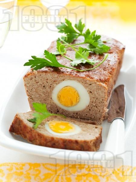 Лесно руло Стефани с телешка кайма и варени яйца, поднесено с гарнитура от картофено пюре - снимка на рецептата